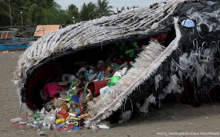 Instalación arte contemporaneo ballena de plástico